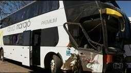 Acidente entre carro e ônibus mata 2 pessoas na BR-153 em Uruaçu, GO