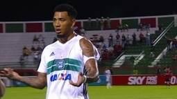 Jogadores do Coritiba tem camisa rasgada durante partida contra o Vitória