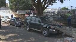 Muro de cemitério desaba sobre carros, em Porto Velho