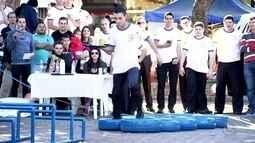 Garçons mostram equilíbrio durante 'Corrida dos Garçons' no Centro de Rio Preto