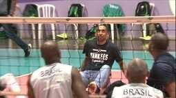 Serginho, medalha de ouro na Rio 2016, encontra com equipe de vôlei sentado