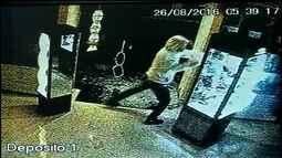 Ladrões quebram porta de vidro com chutes e furtam ótica em Avaré