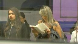 Jornalista fotografa passageiros leitores do metrô de SP para incentivar a leitura