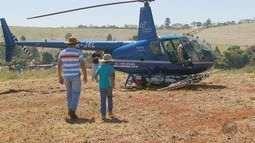 Cafeicultores se reúnem em Três Corações para ver sistema de pulverização por helicóptero