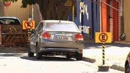 Flagrantes mostram carros em locais de estacionamento proibido, em Goiânia