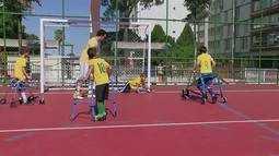 """Mãe organiza time de """"futebol de andador"""" em Brasília"""