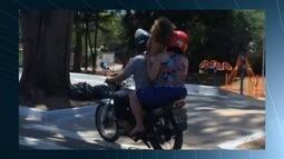 Motociclista é flagrado ao transportar criança em pé e sem capacete, em Goiânia