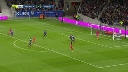 Cavani pega muito mal na bola que fica com goleiro do Toulouse aos 11 do 2º tempo