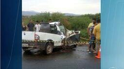 Carro bate em caminhão e uma pessoa morre em Espinosa