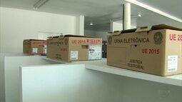Urnas eletrônicas são distribuídas para locais de votação em Pernambuco
