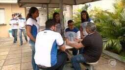 Jovens eleitores analisam as opções e propostas para votar pela primeira vez