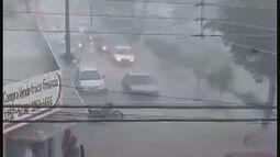 Córrego transborda durante temporal em Pitangueiras, SP, e alaga principais avenidas