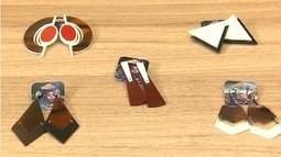 Saiba como usar colares, pulseiras e brincos em acrílico e resina
