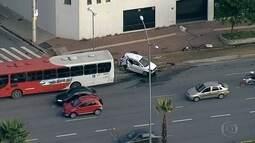 Motorista fica ferido após bater carro em traseira de ônibus em Belo Horizonte