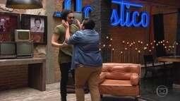 Luan Santana faz surpresa para sua fã compositora