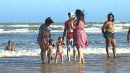 """Projeto """"Pés na Areia"""" leva crianças com necessidades especiais para conhecerem a praia"""