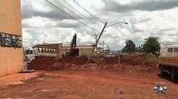Buraco em obra deixa postes com risco de cair em Goiânia