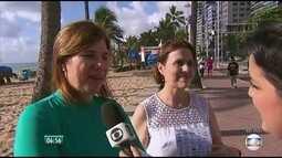 Oncologista dá orientações na praia de Boa Viagem sobre o uso do protetor solar