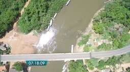 Com nível baixo do rio Miranda, enormes cardumes se formam na superfície da água em MS