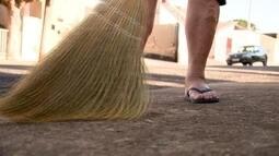 Vassoura caipira varre bem e continua fazendo sucesso