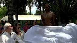 Thiago Pereira, prata em Londres 2012, tem sua estátua inaugurada em Volta Redonda