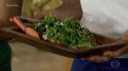 Chef Rodrigo Oliveira faz Salada de abóbora com queijo de cabra nos Estrelas