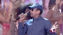 Jorge Benjor canta sucesso 'País Tropical'