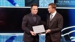 Falcão recebe homenagem durante premiação da Fifa