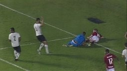Pênalti! Filipe derruba Mila na área e o árbitro marca a penalidade, aos 37 do 2º