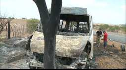 Van é incendiada após tentativa de roubo na PB-342, no Sertão da PB