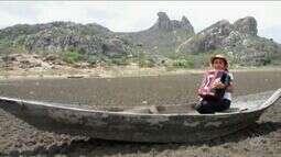 Garota de 10 anos canta sobre a seca no Açude Cedro, totalmente seco