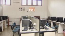 Bandidos invadem escola de Santana e leva materiais do laboratório de informática