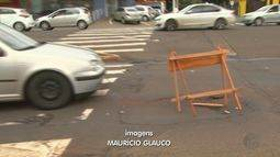 Buraco em avenida causa transtorno a motoristas de Ribeirão Preto
