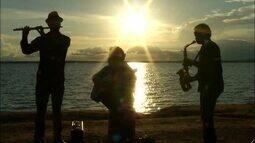 Trio encanta moradores de Palmas com música clássica na praia da Graciosa