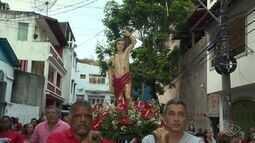 Devotos de São Sebastião saem em procissão pelas ruas de Vitória