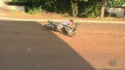 Barro espalhado em avenida causa acidente em Ribeirão Preto, SP