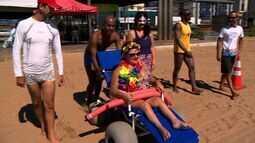 'Praia Acessível' proporciona banho de mar à fantasia em Vitória