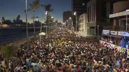 Multidão invade as ruas no Furdunço e antecipa o carnaval de Salvador