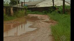Lama e buracos fazem parte da rotina difícil de moradores da passagem São José