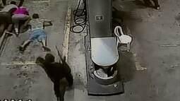Câmeras de posto ao lado de transportadora flagraram ação de bandidos