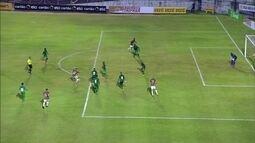 Impedido! Após rebote do goleiro, Brunão chuta, mas juiz anula o gol aos 37' do 2º tempo