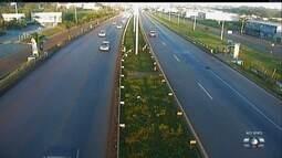 Pedestre se arrisca para atravessar a GO-020 em Goiânia