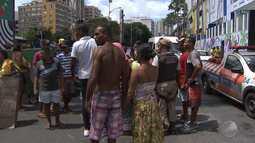 Ambulantes cadastrados para trabalhar no carnaval protestam no centro da cidade