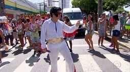 Foliões capricham nas fantasias e no bom humor no desfile do Galo da Madrugada