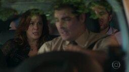 Augusto e Salete entram no carro de Ciro