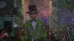 Homem da Meia Noite arrasta uma multidão pelas ladeiras de Olinda