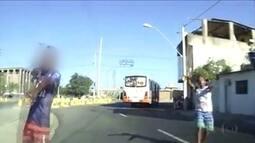 Vídeo gravado por motorista mostra ação de bandidos perto do Fórum Joana Bezerra, Recife