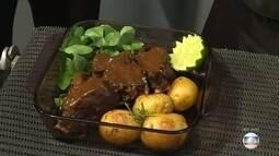 Chef ensina costela de boi assada com batatas