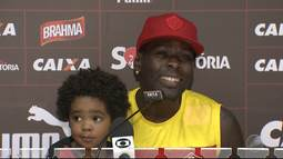 Kanu leva filho para treino do Vitória e pede votos para o concurso Gatos do Baianão