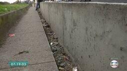Pedestres driblam buracos para andar em calçada no Jardim Arpoador